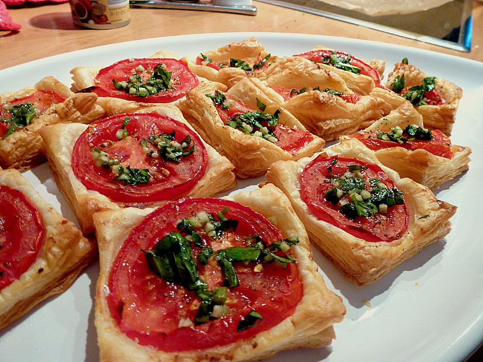 bl tterteig fingerfood gef llt mit pesto tomate und mozzarella rezepte suchen. Black Bedroom Furniture Sets. Home Design Ideas