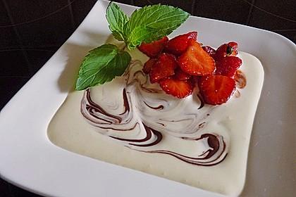 Gepfefferte Erdbeeren an marmorierter Mascarponecreme