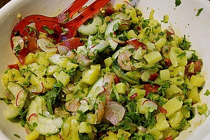Kartoffelsalat mit Löwenzahn und Räucherlachs
