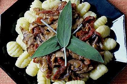 Gnocchi mit Shiitake - Pilzen, getrockneten Tomaten und Portweinsauce