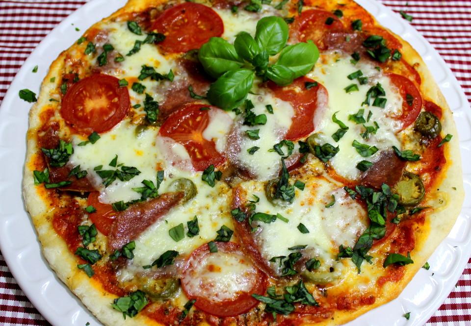 tomaten mozzarella pizza rezept mit bild von cachupina. Black Bedroom Furniture Sets. Home Design Ideas