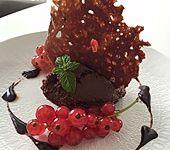 Mousse au Chocolat mit Chilinote und roten Johannisbeeren