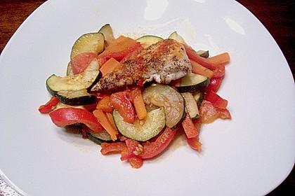 Hühnerbrustfilet mit Gemüse in der Folie gegart