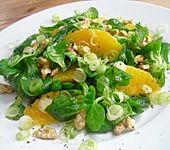 Feldsalat mit Orangenschnitzeln und Walnüssen