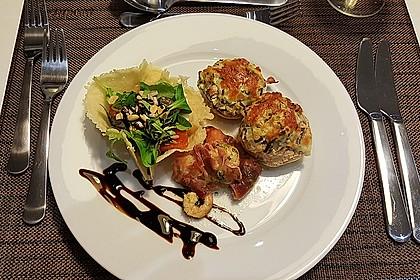 Feldsalat im Parmesankörbchen