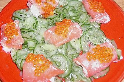 Lachsröllchen auf Gurkensalat