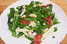 Nudelsalat mit getrockneten Tomaten und frischem Spinat