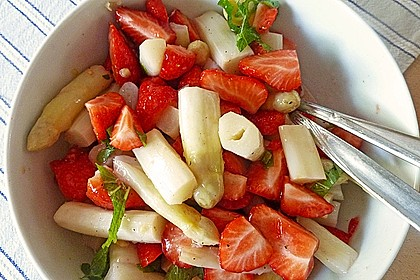 Spargel - Erdbeersalat mit Fischfilet