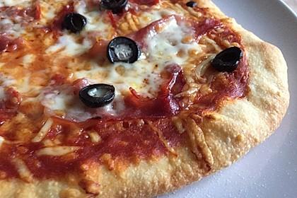 Knusprig dünne Pizza mit Chorizo und Mozzarella 8
