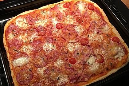 Knusprig dünne Pizza mit Chorizo und Mozzarella 12