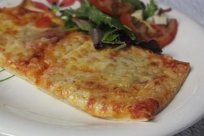Knusprig dünne Pizza mit Chorizo und Mozzarella 9