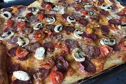 Knusprig dünne Pizza mit Chorizo und Mozzarella 32