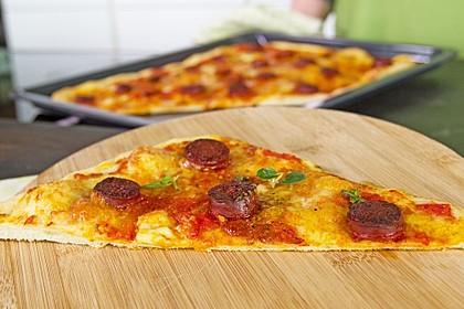 Knusprig dünne Pizza mit Chorizo und Mozzarella 7