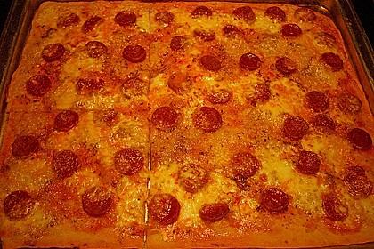 Knusprig dünne Pizza mit Chorizo und Mozzarella 23