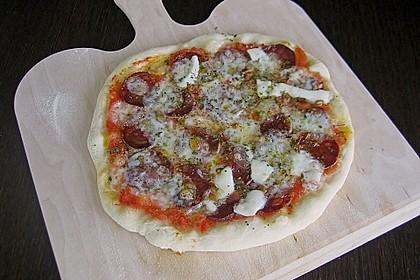 Knusprig dünne Pizza mit Chorizo und Mozzarella 11