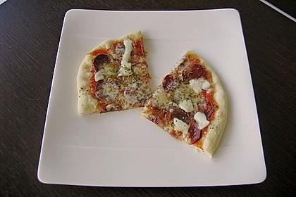 Knusprig dünne Pizza mit Chorizo und Mozzarella 27