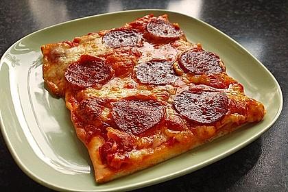 Knusprig dünne Pizza mit Chorizo und Mozzarella 1