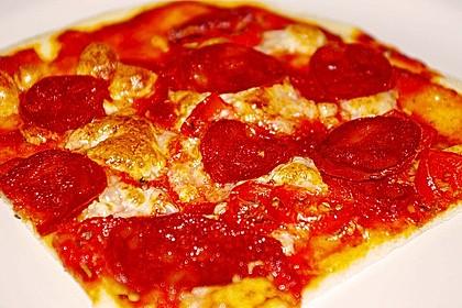 Knusprig dünne Pizza mit Chorizo und Mozzarella 15