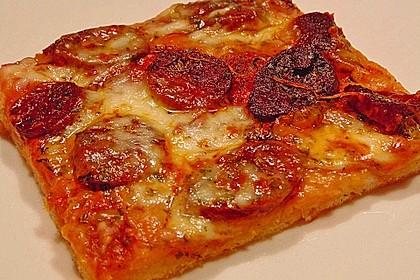 Knusprig dünne Pizza mit Chorizo und Mozzarella 3