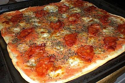 Knusprig dünne Pizza mit Chorizo und Mozzarella 19