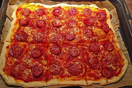 Knusprig dünne Pizza mit Chorizo und Mozzarella 21