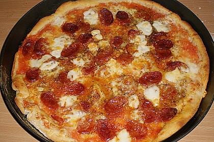 Knusprig dünne Pizza mit Chorizo und Mozzarella 5