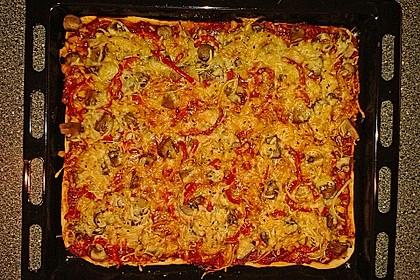 Knusprig dünne Pizza mit Chorizo und Mozzarella 26