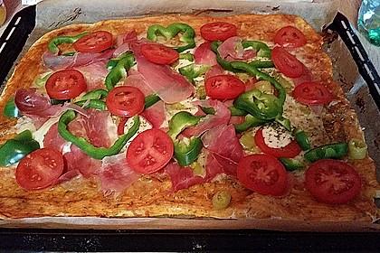 Knusprig dünne Pizza mit Chorizo und Mozzarella 34