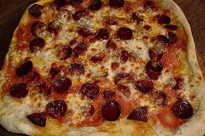 Knusprig dünne Pizza mit Chorizo und Mozzarella 36