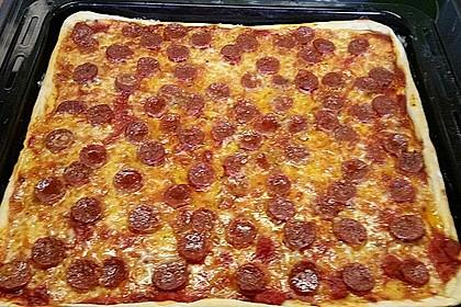 Knusprig dünne Pizza mit Chorizo und Mozzarella 22