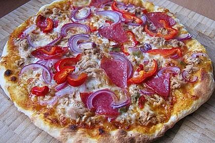 Knusprig dünne Pizza mit Chorizo und Mozzarella 2