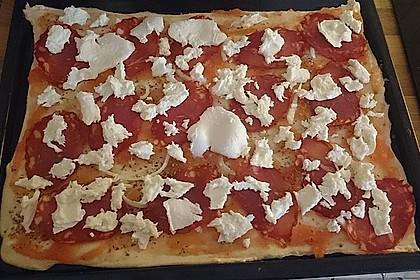 Knusprig dünne Pizza mit Chorizo und Mozzarella 49