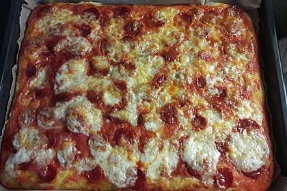 Knusprig dünne Pizza mit Chorizo und Mozzarella 31