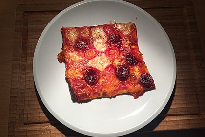 Knusprig dünne Pizza mit Chorizo und Mozzarella 41