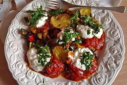 Mediterranes gebackenes Gemüse mit Joghurt - Tomatensauce 3