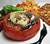 Ziegenfrischkäse auf Tomatenscheiben