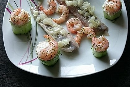 Frisch gefüllte Gurken mit Lachscreme und Krabben 3
