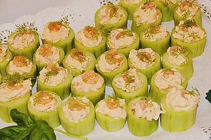 Frisch gefüllte Gurken mit Lachscreme und Krabben 4