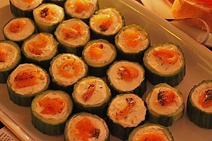 Frisch gefüllte Gurken mit Lachscreme und Krabben 7