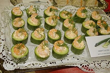 Frisch gefüllte Gurken mit Lachscreme und Krabben 1