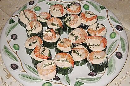 Frisch gefüllte Gurken mit Lachscreme und Krabben 6
