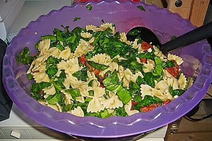 Schmetterlingssalat mit Spinat und getrockneten Tomaten 6