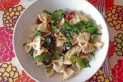 Schmetterlingssalat mit Spinat und getrockneten Tomaten 2