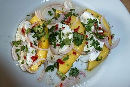 Büffelmozzarella mit Mangoscheiben und  fruchtigem Dressing