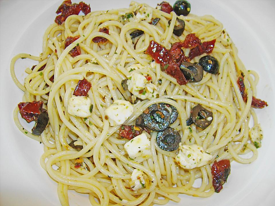 spaghetti mit feta getrockneten tomaten und oliven von. Black Bedroom Furniture Sets. Home Design Ideas