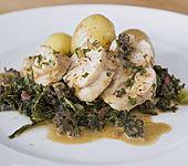 Gefüllte Kaninchenkeule mit Grünkohl und kleinen Kartoffeln in Morchelrahmsauce (Bild)