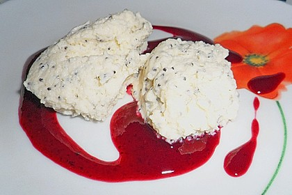 Marzipan-Mohn-Mousse mit Himbeersauce 24