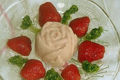 Erdbeerparfait mit süßem Basilikumpesto