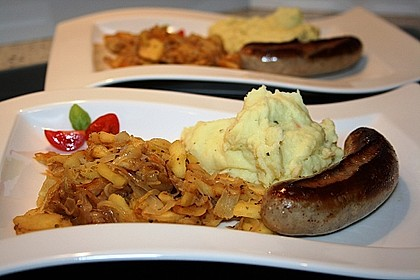 Bratwurst mit Apfel- und Zwiebelgemüse