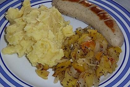 Bratwurst mit Apfel- und Zwiebelgemüse 8